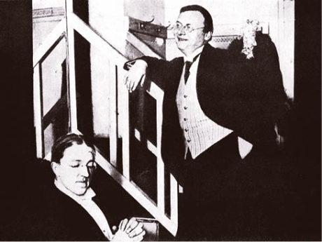 Eduard Bass a Jiří Červený v divadelní šatně, 1913. Repro z knihy Jiří Červený – Červená sedma, Praha 1959.