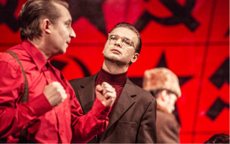 Básník (Jan Sklenář) a Kultprop (Robert Mikluš) ve Vítězném únoru FOTO PATRIK BORECKÝ