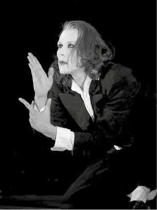 Radim Vizváry v pantomimické básni Pantomissimo na housle  FOTO RADIM HROMÁDKO