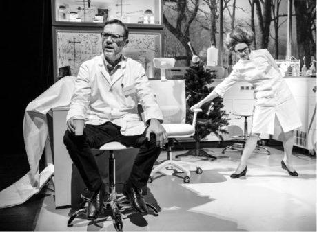 Vědec Bohumil Plánovský (David Matásek) a jeho asistentka-milenka Anděla (Pavlína Štorková) v Levínského moderní faustiádě FOTO PETR NEUBERT