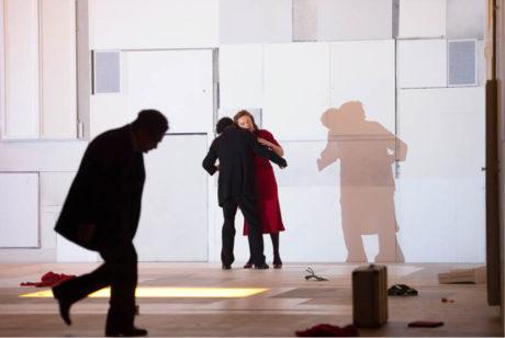 Michel (Rolando Villazón) s Juliettou (Magdalena Kožená) v prostoru, který postrádá paměť stejně jako obyvatelé městečka. Bohuslav Martinů: Julietta, Státní opera Berlín, režisér Claus Guth, prem. 28. května 2016  FOTO MONIKA RITTERSHAUS
