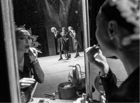 Operní diva (Sára Venclovská) je vyčleněna u zrcadla, tři herečky (Veronika Žilková, Lenka Skopalová, Ivana Uhlířová) postávají na prázdném jevišti FOTO PAVEL NESVADBA