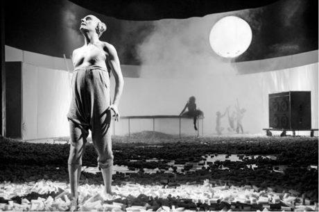 Michal Kern jako manipulátor a packal Puk v inscenaci Sen čarovné noci  FOTO PETR NEUBERT