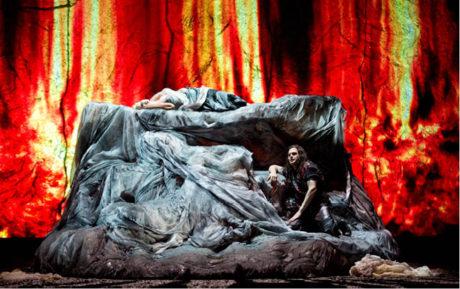 Siegfried (Lance Ryan) se chystá vyšplhat na ohnivý sarkofág probudit Brünnhildu (Iréne Theorin). Richard Wagner: Siegfried, Státní opera Berlín, režie Guy Cassiers, prem. 3. října 2012 FOTO MONIKA RITTERSHAUS