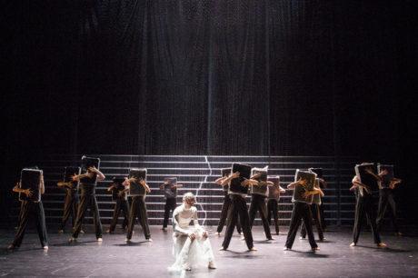 Tanečníci odění do černých trikotů s černými kuklami na hlavách vylézali na horní hranu schodů. FOTO CTIBOR BACHRATÝ