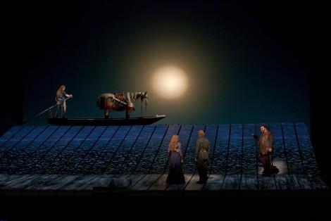 Siegfried (Jay Hunter Morris) připlouvá. Přihlíží  Gutrune (Wendy Bryn Harmerová),  Gunther (Iain Paterson) a Hagen (Hans-Peter König). Foto: Ken Howard/Metropolitan Opera